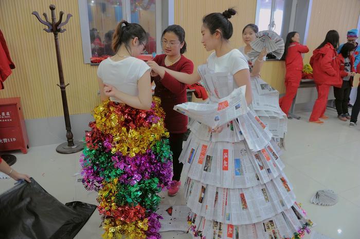 中国石化新闻网讯(马京林) 在第107个国际妇女劳动节来临之际,西北石油局女工委员会向全体女职工发出倡议,决定开展争当提质增效的好管家活动,3月8日晚,一场以行动起来、从我做起,争当提质增效的好管家为主题的环保时装秀在采油三厂举行。该厂女工们巧思妙想,将旧彩旗、黑色塑料袋、废报纸,宣传单等物品制作而成的环保时装轮番上场,让观众大呼精彩的同时,也进一步推进了该厂聚焦提质增效,降成本、增效益工作的良性发展。