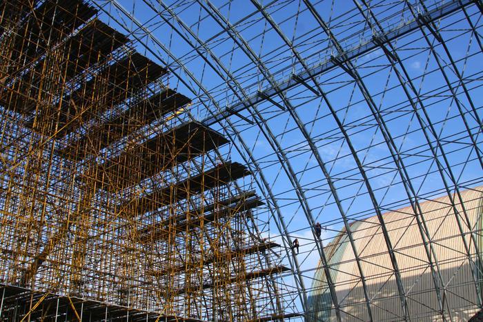 干煤棚钢结构网架拼装滑移作业全面铺开.