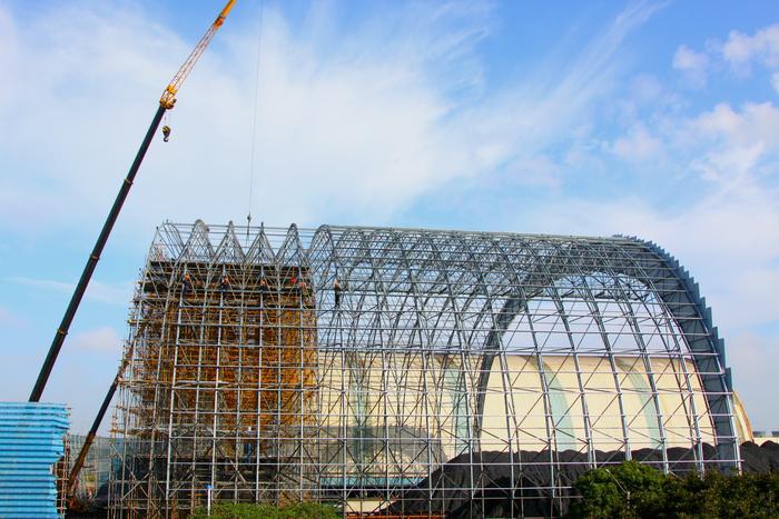 西煤场在完成脚手架搭建后,干煤棚钢结构网架拼装滑移作业全面铺开.