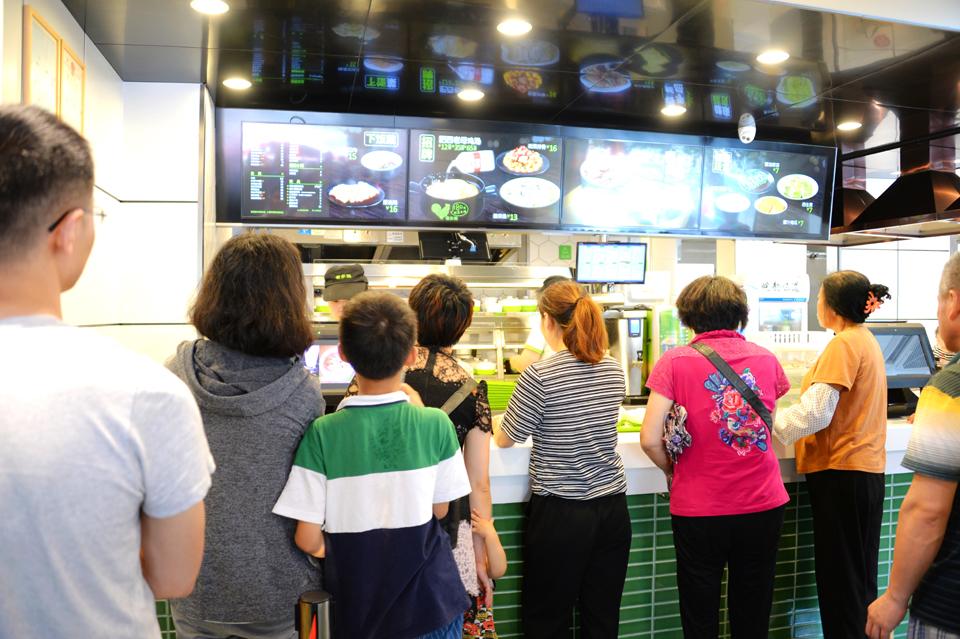 就餐,购车,买保险……这种新颖的营销模式吸引了周边居民,学生,上班族